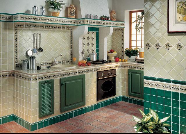 Кухонный гарнитур отделанный плиткой
