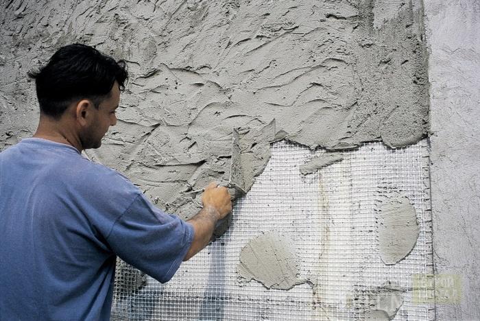 нанесение цементного раствора на бетонную поверхность
